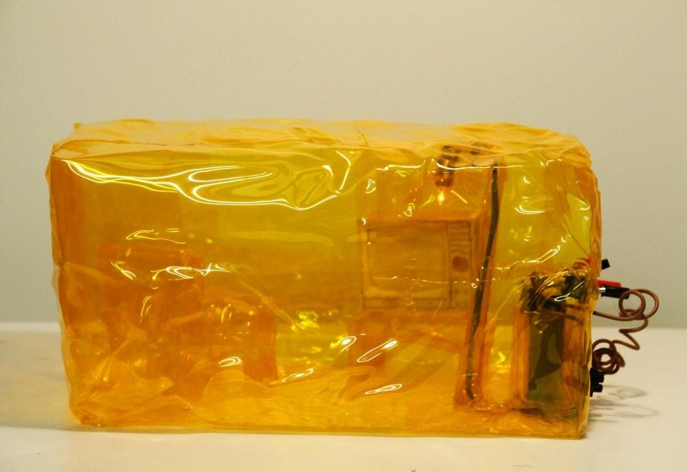 das gelbe Zimmer, PVC, Elektrik, 16 x 30 x 19 cm, 2001